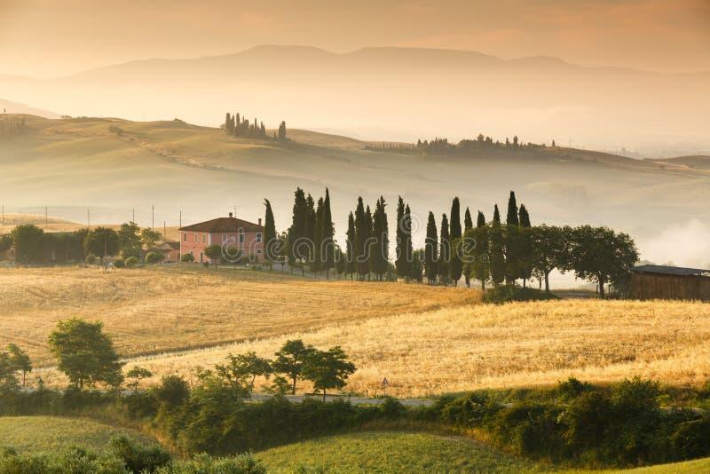 Salida del sol en Toscana, Italia imagenes de archivo
