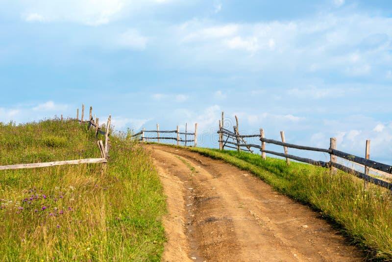 Salida del sol en un campo en un camino rural fotografía de archivo libre de regalías