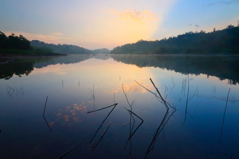 Salida del sol en un lago en Borneo imagen de archivo