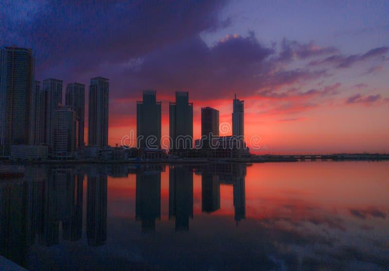 Salida del sol en una isla de la ciudad imagen de archivo