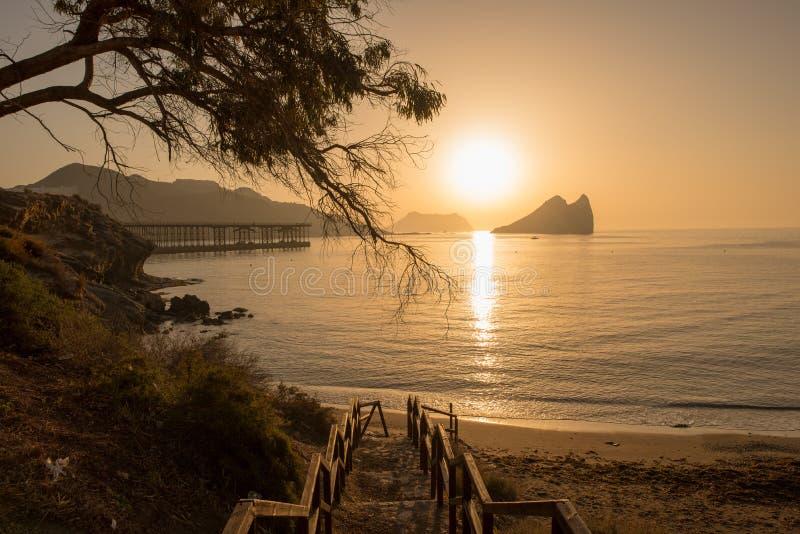 Salida del sol en una playa en Aguilas, Murcia fotos de archivo