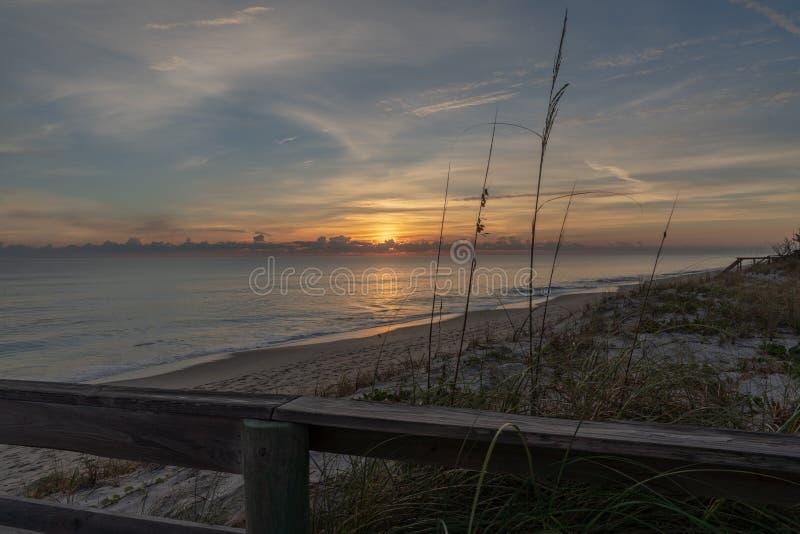 Salida del sol en una playa reservada en la Florida fotografía de archivo