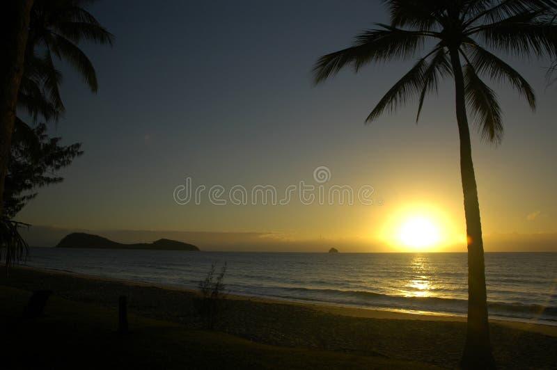 Salida del sol en una playa tropical imagen de archivo libre de regalías