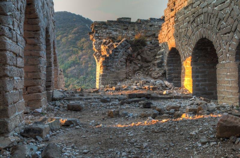 Salida del sol en una torre de guardia que desmenuza en la Gran Muralla de China imagen de archivo libre de regalías
