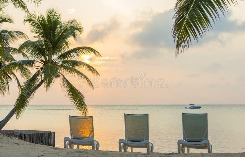 Salida del sol en vacaciones ideales de la playa fotografía de archivo