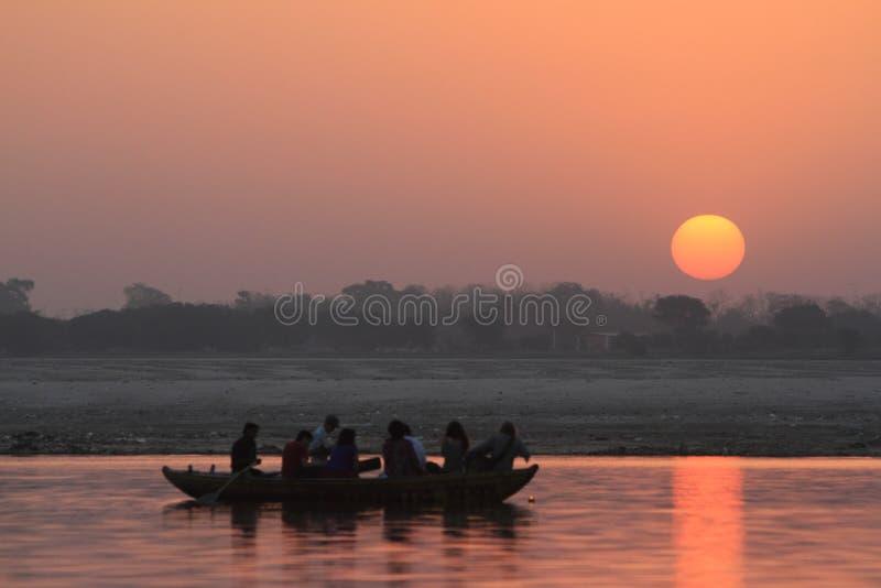Salida del sol en Varanasi fotos de archivo