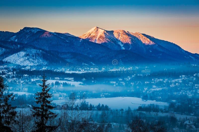 Salida del sol en Zakopane con la montaña iluminada en invierno, montañas de Tatra imagenes de archivo