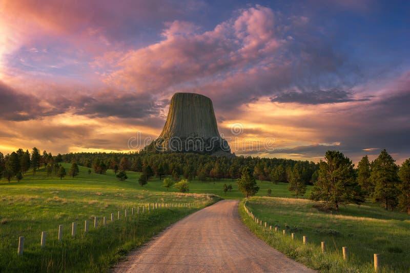 Salida del sol escénica sobre el monumento nacional de la torre de los diablos del ` s de Wyoming imagenes de archivo