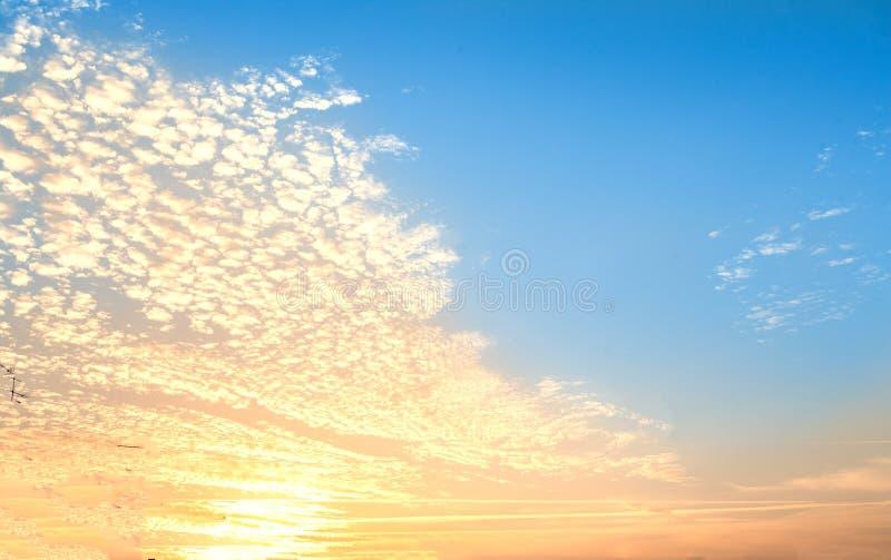 Salida del sol - fondo del extracto del cielo nublado Backgr liso de la pendiente fotografía de archivo libre de regalías