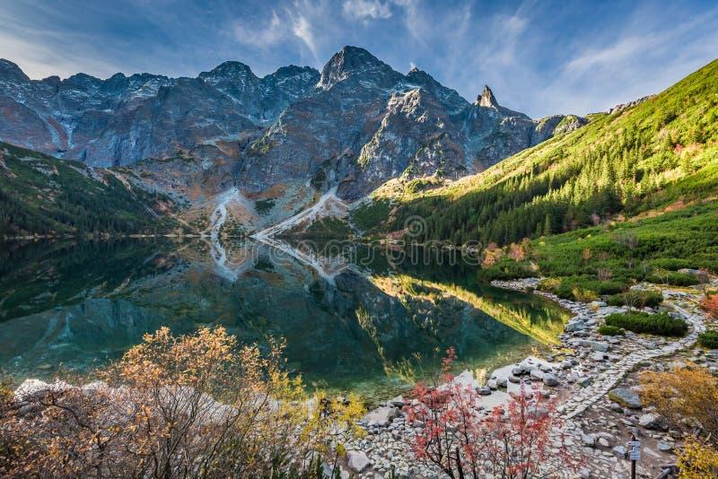 Salida del sol fría en el lago en las montañas de Tatra en otoño fotografía de archivo libre de regalías