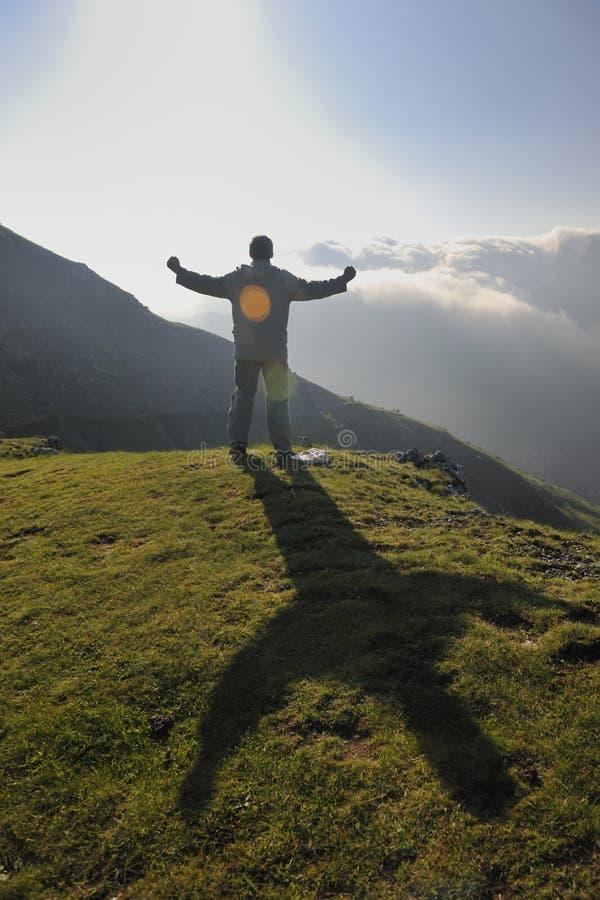 Salida del sol fresca en la montaña foto de archivo