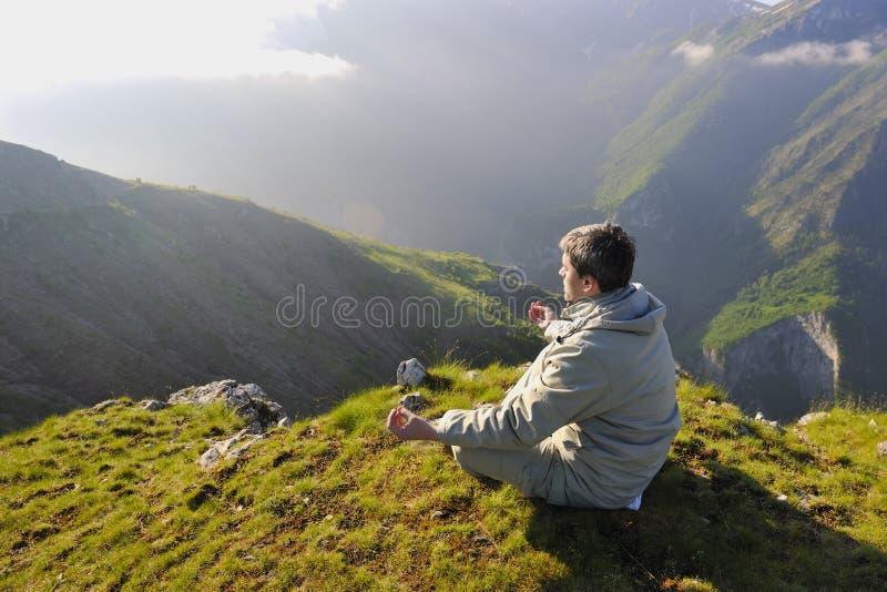 Salida del sol fresca en la montaña fotografía de archivo