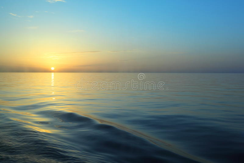 Salida del sol hermosa bajo el agua. imagenes de archivo