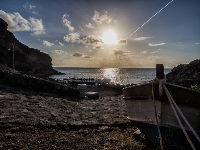 Salida del sol hermosa con el barco en la isla del pantelleria, Italia fotos de archivo libres de regalías