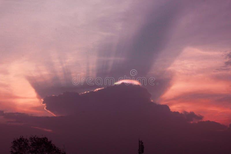 Salida del sol hermosa con las nubes y los rayos imagen de archivo