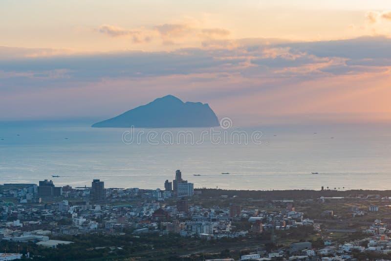 Salida del sol hermosa de la isla de Guishan foto de archivo