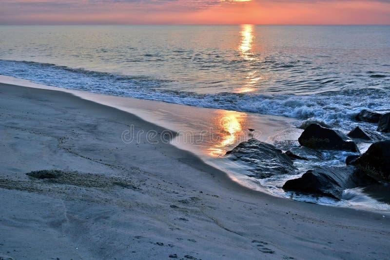 Salida del sol hermosa de la playa en una mañana del verano en el embarcadero de la roca imágenes de archivo libres de regalías