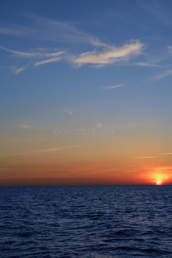 Salida del sol hermosa de la puesta del sol sobre el mar azul foto de archivo
