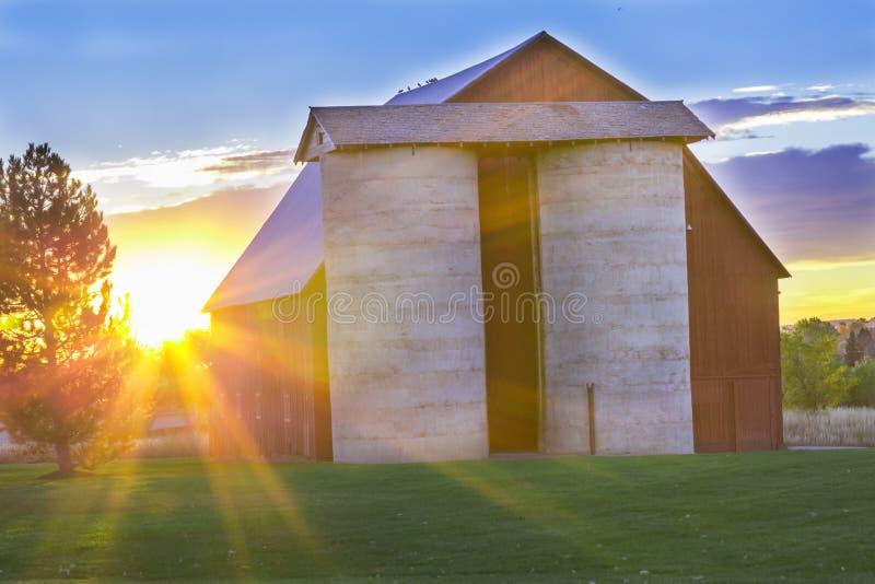 Salida del sol hermosa del país imagenes de archivo