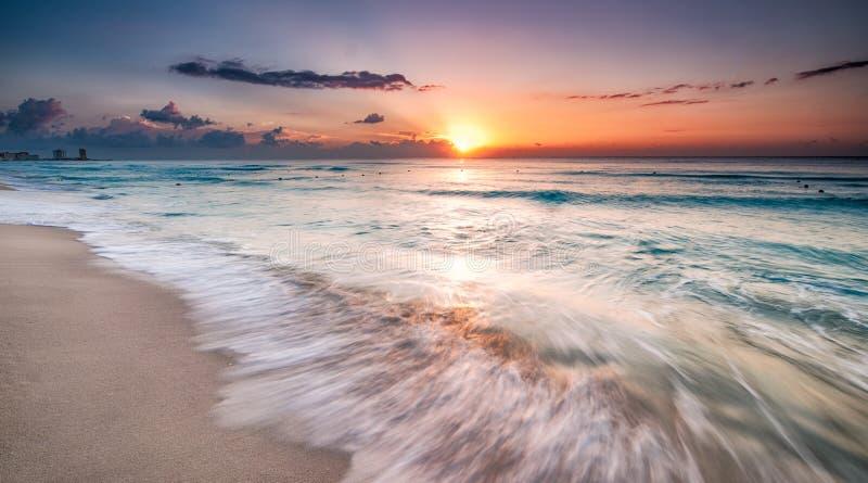 Salida del sol hermosa en Cancun fotografía de archivo