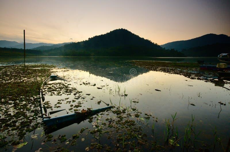 Salida del sol hermosa en el lago de los beris, sik Kedah Malasia fotografía de archivo