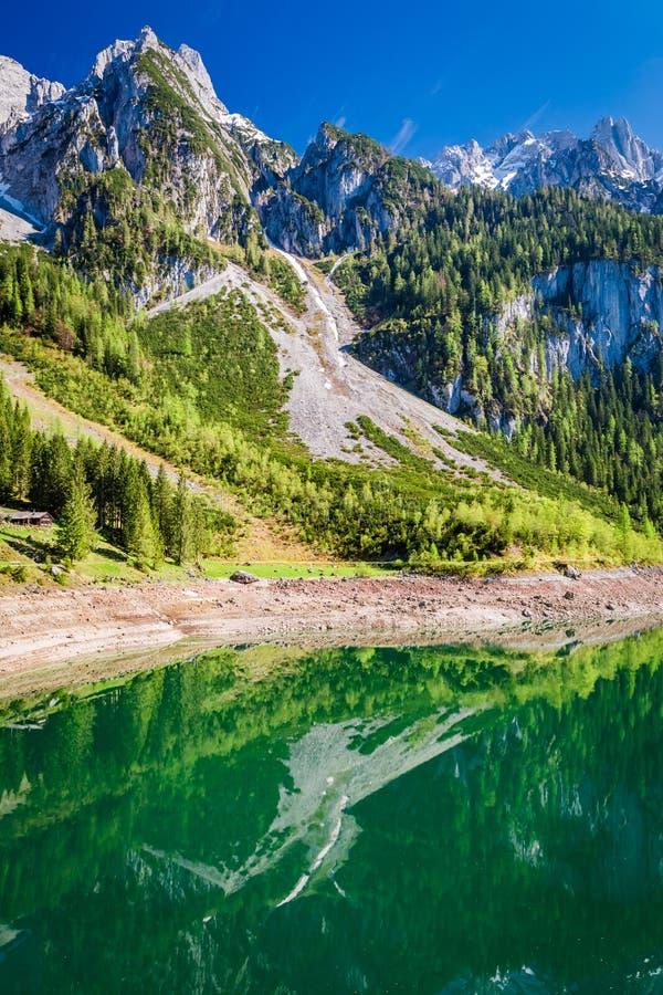 Salida del sol hermosa en el lago Gosausee en las montañas, Austria fotos de archivo libres de regalías