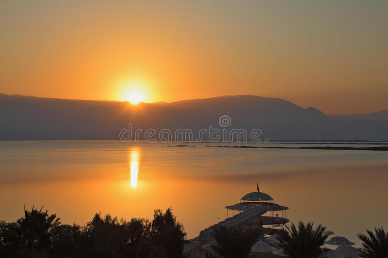 Salida del sol hermosa en el mar muerto foto de archivo