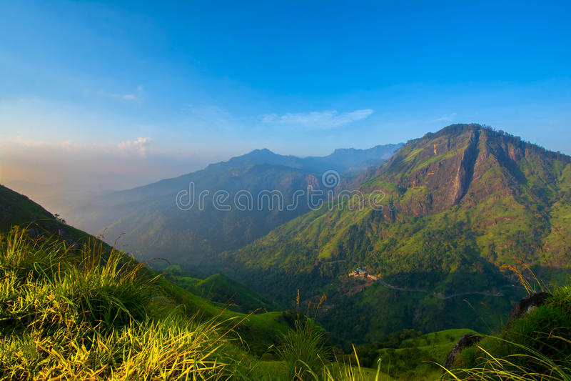 Salida del sol hermosa en el pequeño pico de Adams en Ella, Sri Lanka fotos de archivo libres de regalías