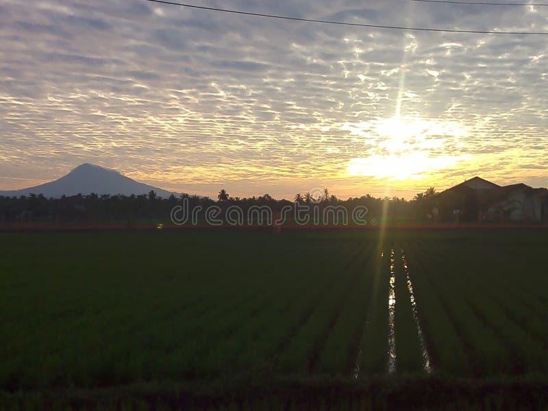 Salida del sol hermosa en Indonesia imágenes de archivo libres de regalías
