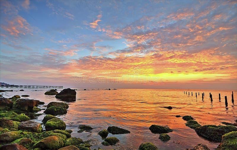 Salida del sol hermosa en la ciudad Varna imagenes de archivo
