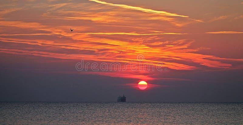 Salida del sol hermosa en la ciudad Varna fotos de archivo