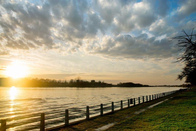 Salida del sol hermosa en la costa del río de Lujan en San Fernando, Buenos Aires foto de archivo libre de regalías