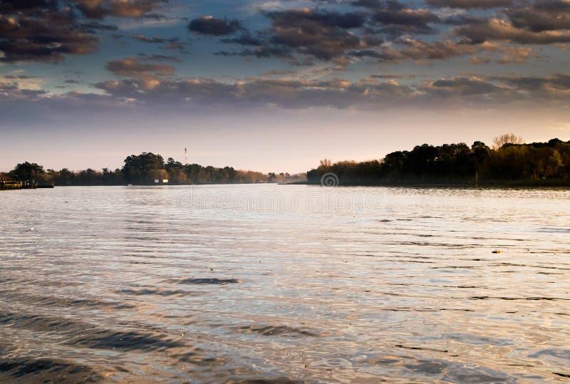 Salida del sol hermosa en la costa del río de Lujan en San Fernando, Buenos Aires fotos de archivo libres de regalías