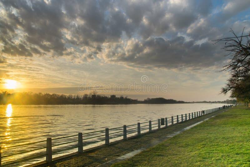 Salida del sol hermosa en la costa del río de Lujan en San Fernando, Buenos Aires foto de archivo