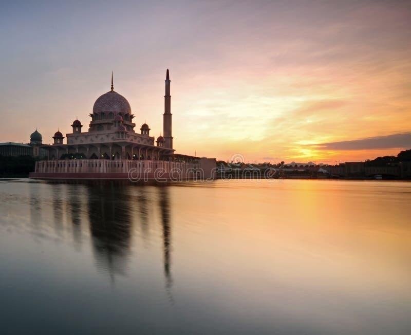Salida del sol hermosa en la mezquita de Putra, Putrajaya, Malasia foto de archivo