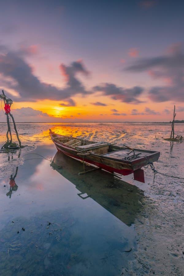 Salida del sol hermosa en la pesca de viilage imagen de archivo libre de regalías