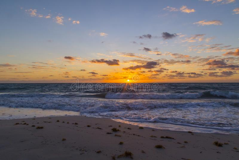 Salida del sol hermosa en la playa blanca, cancun Quintana Roo, México imagen de archivo