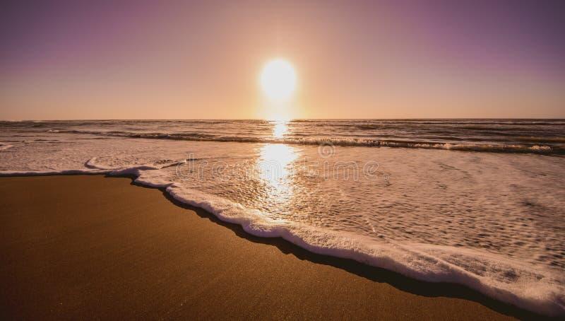 Salida del sol hermosa en la playa Salida del sol en la costa fotos de archivo