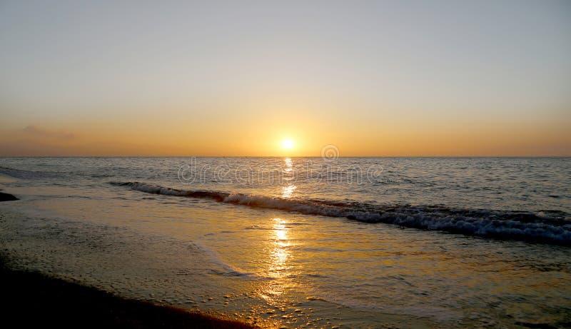 Salida del sol hermosa en la playa Costa del Sol (costa del Sun), Málaga en Andalucía, España fotografía de archivo libre de regalías