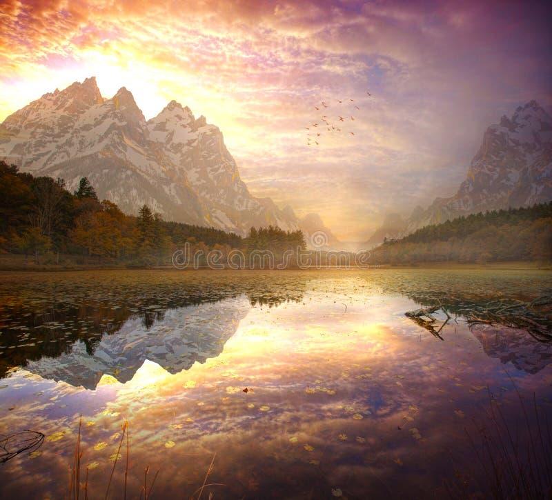 Salida del sol hermosa en las montañas imagenes de archivo