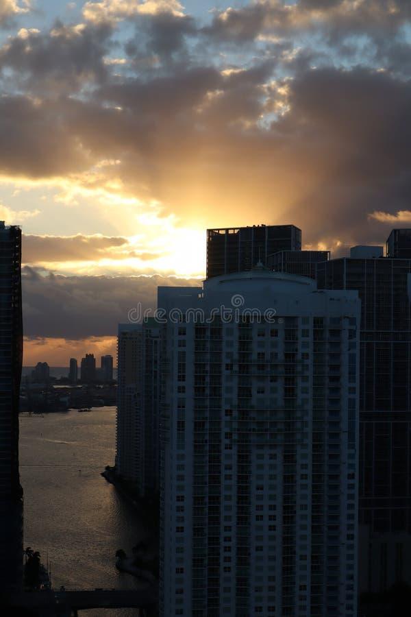 Salida del sol hermosa en Miami céntrica el sol se rompe a través de las nubes y de los rascacielos visión desde el 38ª planta fotos de archivo