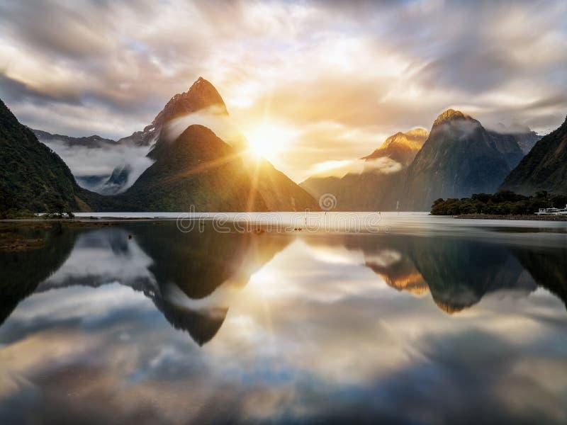 Salida del sol hermosa en Milford Sound, Nueva Zelanda foto de archivo