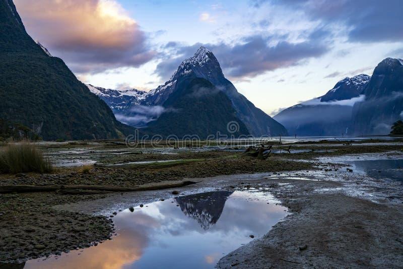 Salida del sol hermosa en Milford Sound, Nueva Zelanda imágenes de archivo libres de regalías