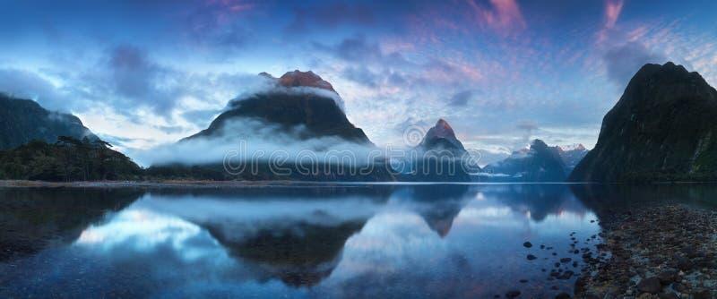 Salida del sol hermosa en Milford Sound, Nueva Zelanda - El pico del inglete es la señal icónica de Milford Sound en el parque na fotos de archivo libres de regalías