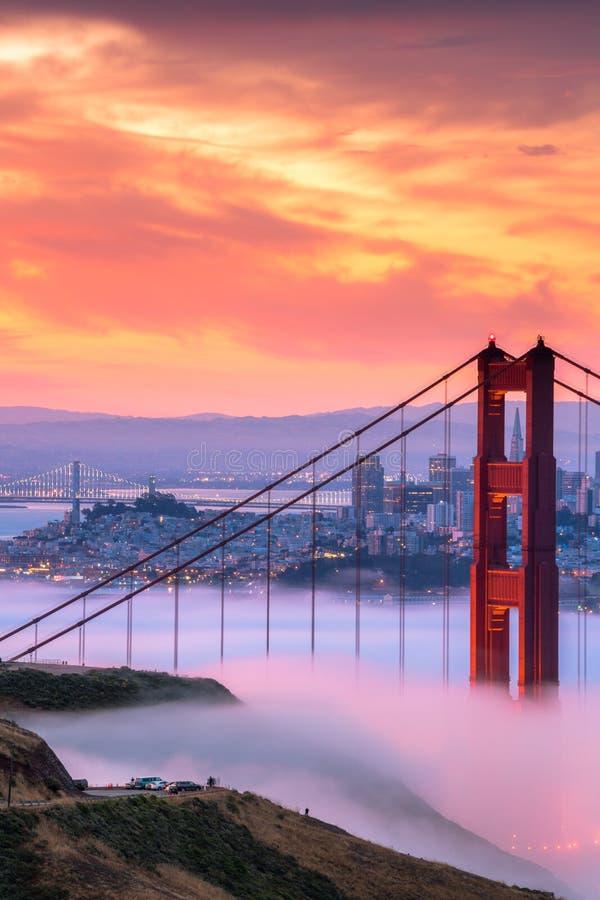 Salida del sol hermosa en puente Golden Gate en niebla baja fotografía de archivo