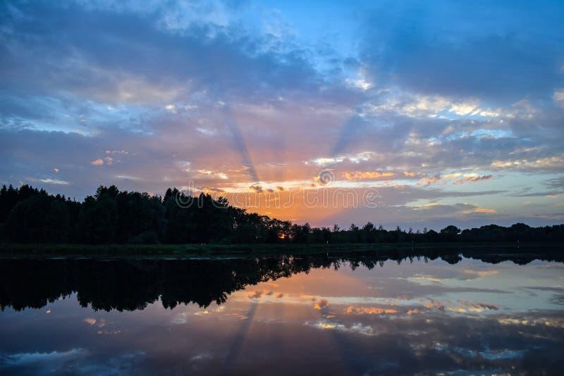 Salida del sol hermosa del lago fotografía de archivo