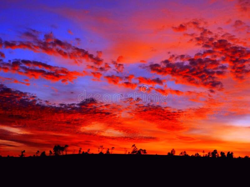 Salida del sol hermosa Paisaje anaranjado brillante de la puesta del sol fotos de archivo libres de regalías