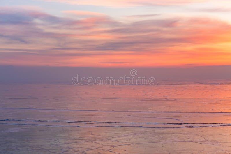 Salida del sol hermosa sobre el lago de congelación del agua con nevado fotografía de archivo