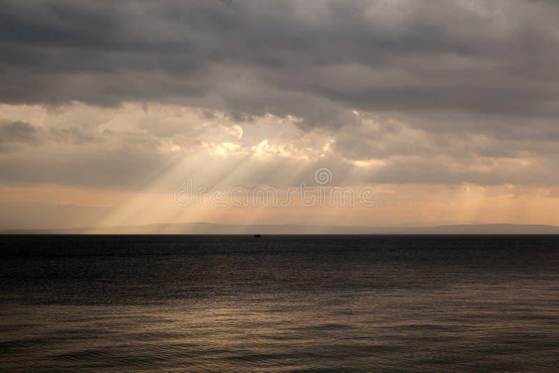 Salida del sol hermosa sobre el mar fotografía de archivo libre de regalías