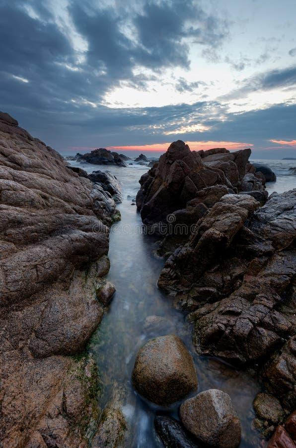 Salida del sol hermosa sobre el mar Cielo dramático nublado, ondas grandes Cloudscape magnífico cerca de la orilla fotos de archivo